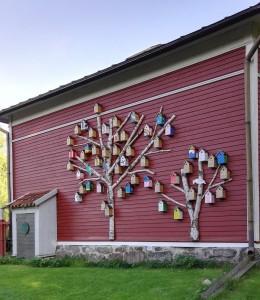 Strömsön alueelta löytyi monia hauskoja yksityiskohtia. Ovatkohan nämä Suomi100-linnunpönttöjä? Kuva: Marja Talikka